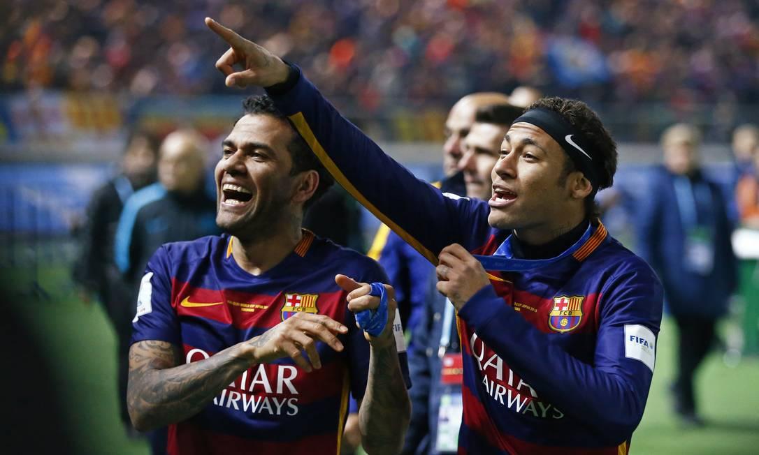 Daniel Alves e Neymar comemoram o título mundial do Barcelona Thomas Peter / REUTERS