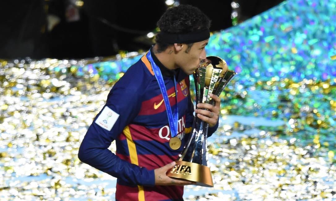 Neymar beija o troféu após a conquista do título. Foi o primeiro mundial do jogador brasileiro TORU YAMANAKA / AFP
