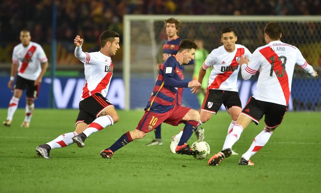 Messi sofre com a marcação de três argentinos. Atacante fez um bom jogo KAZUHIRO NOGI / AFP