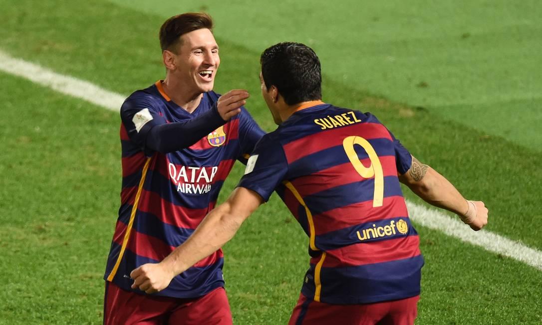 Messi e Suárez comemoram o gol do uruguaio TORU YAMANAKA / AFP