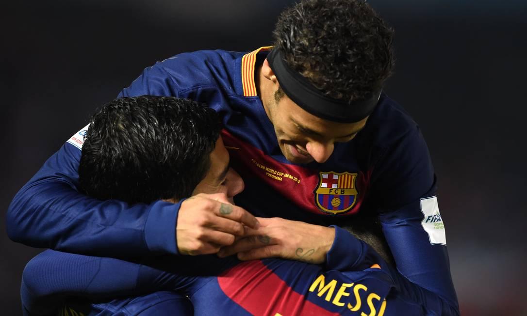 A festa do trio MSN após o primeiro gol da partida marcado por Messi TOSHIFUMI KITAMURA / AFP