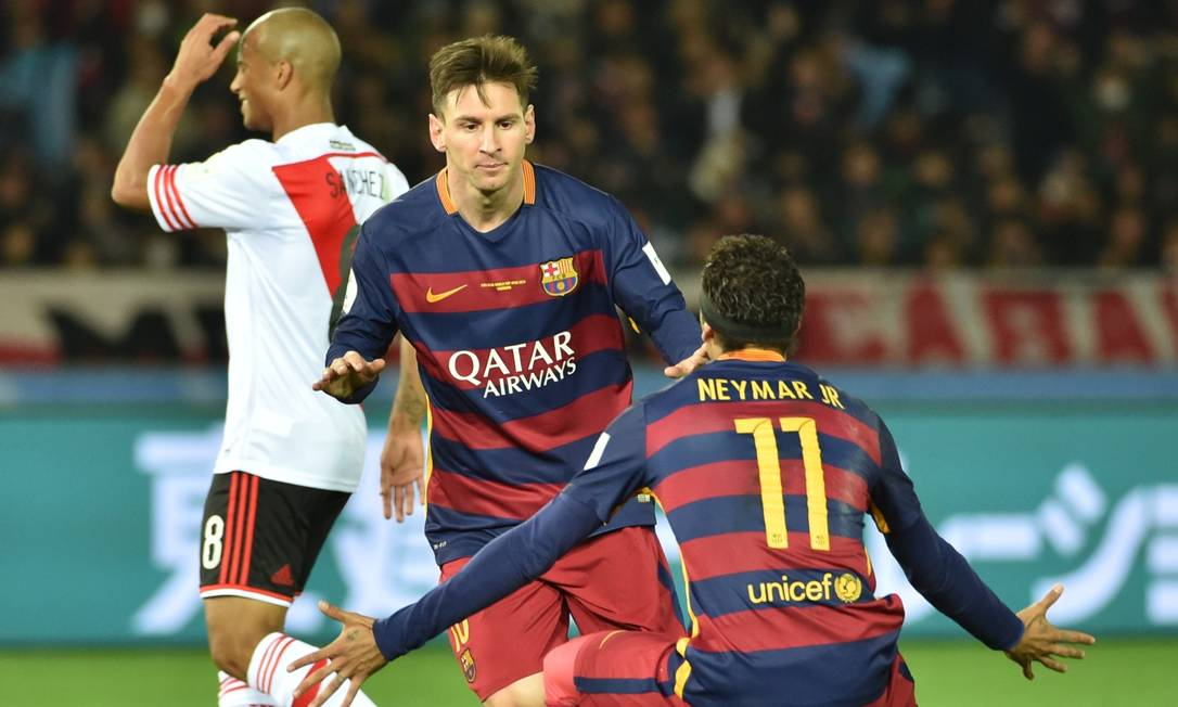 Messi corre para ser abraçado por Neymar após marcar o primeiro gol KAZUHIRO NOGI / AFP