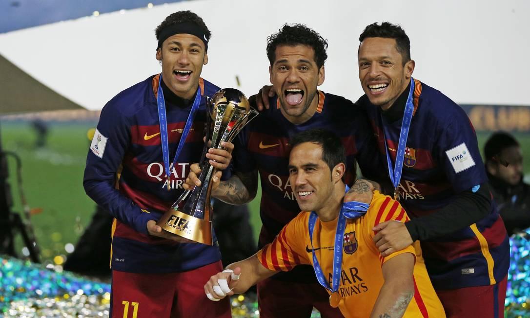 Neymar, Daniel Alves, Adriano e o goleiro Bravo festejam a conquista do time catalão Toru Hanai / REUTERS
