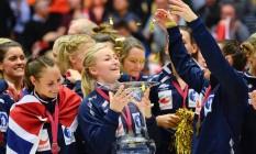 A norueguesa Stine Oftedal segura o troféu conquistado após a vitória sobre a Holanda Foto: JONATHAN NACKSTRAND / AFP