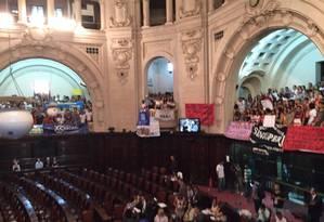 Servidores públicos do estado e estudantes fazem uma manifestação contra a crise financeira no plenário da Alerj Foto: WhatsApp do GLOBO / Foto de leitor