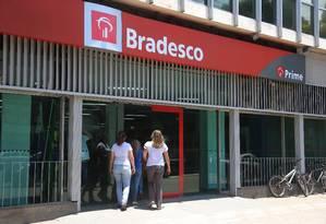 Servidores enfrentam fila para pegar empréstimo Foto: Fabiano Rocha / Agência O Globo