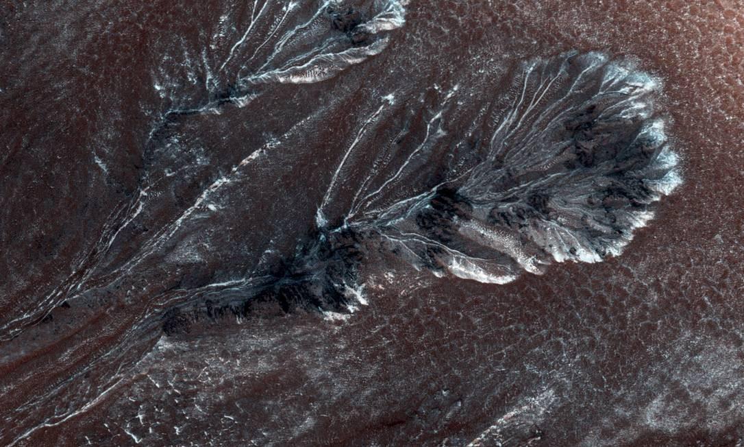 Imagem da Nasa mostra formação de gelo em montanhas de Marte: versão de que fluxo seria água ganha questionamento em outras regiões do planeta Foto: NASA/JPL/UNIVERSITY OF ARIZONA / AFP