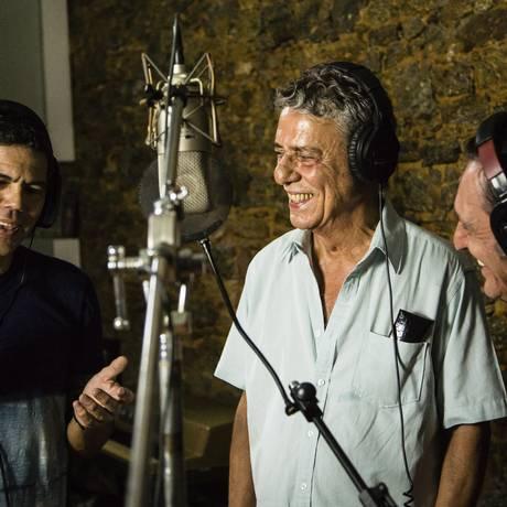 Dado Villa-Lobos, Chico Buarque e Paulo Miklos gravam música em apoio às ocupações das escolas de São Paulo Foto: Fernando Lemos / Fernando Lemos