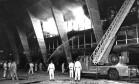 Tragédia. Bombeiros tentam conter as chamas que consomem o prédio do MAM e grande parte do seu acervo Foto: Antônio Nery 08/01/1978 / Agência O Globo