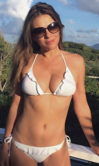 A atriz Elizabeth Hurley apostou no modelo branco e de babados Reprodução/ Instagram