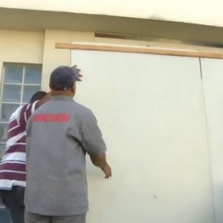 Entrada do Hospital Getulio Vargas é fechada com tapumes Foto: Reprodução TV Globo