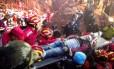 Tian Zeming, de 19 anos, é resgatado de escombros em Shenzen