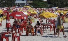 Cadeiras e mesas de plastico tomam conta das areias na prainha de Piratininga. A ocupação não é permitida Foto: Daniel Marenco / Agencia O Globo / Agência O Globo