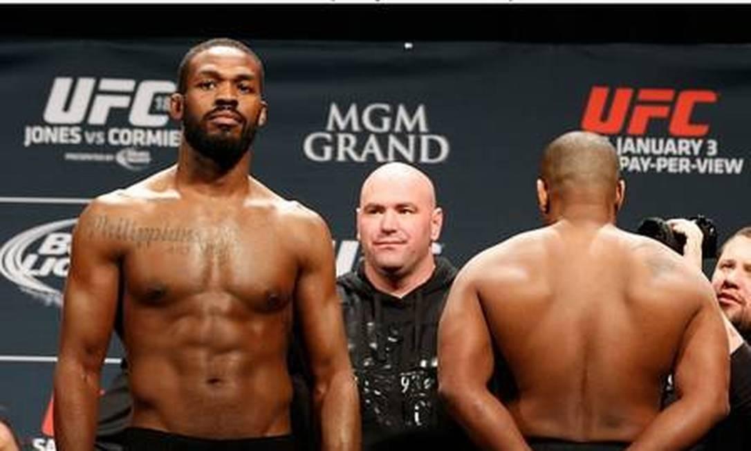 O então campeão Jon Jones e Daniel Cormier na encarada de 3 de janeiro Divulgação - UFC