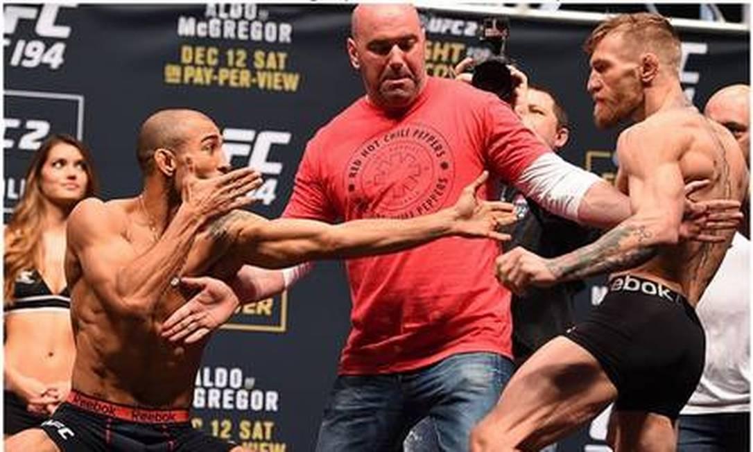 Na encarada do UFC 194, no último dia 12, o brasileiro José Aldo surpreendeu ao imitar e irritar o irlandês Conor McGregor Divulgação - UFC