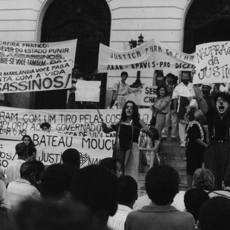 Protesto contra a absolvição dos 11 acusados do naufrágio do Bateau Mouche Foto: O Globo