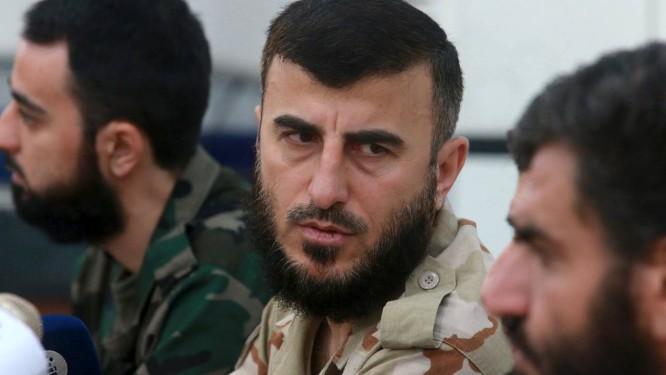 Zahran Alloush (centro), comandante do Exército do Islã, durante conferência em Damasco, em agosto. Grupo tinha concordado em participar de negociações pata fim do conflito na Síria Foto: BASSAM KHABIEH / REUTERS