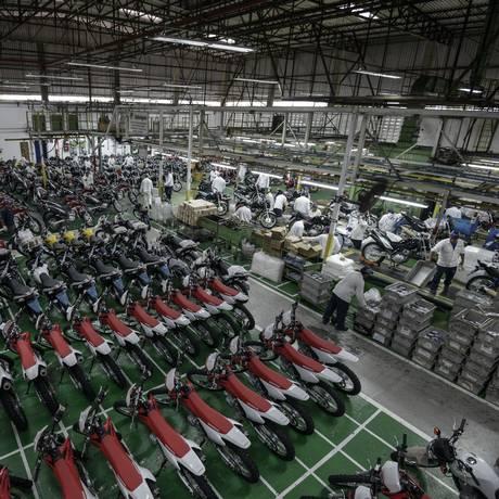 Desaceleração. Produção de motocicletas no polo industrial de Manaus: retração do setor afetou mercado de trabalho e levou ao corte de quatro mil vagas desde 2011 Foto: Paulo Fridman / Paulo Fridman/Bloomberg/09-04-2014