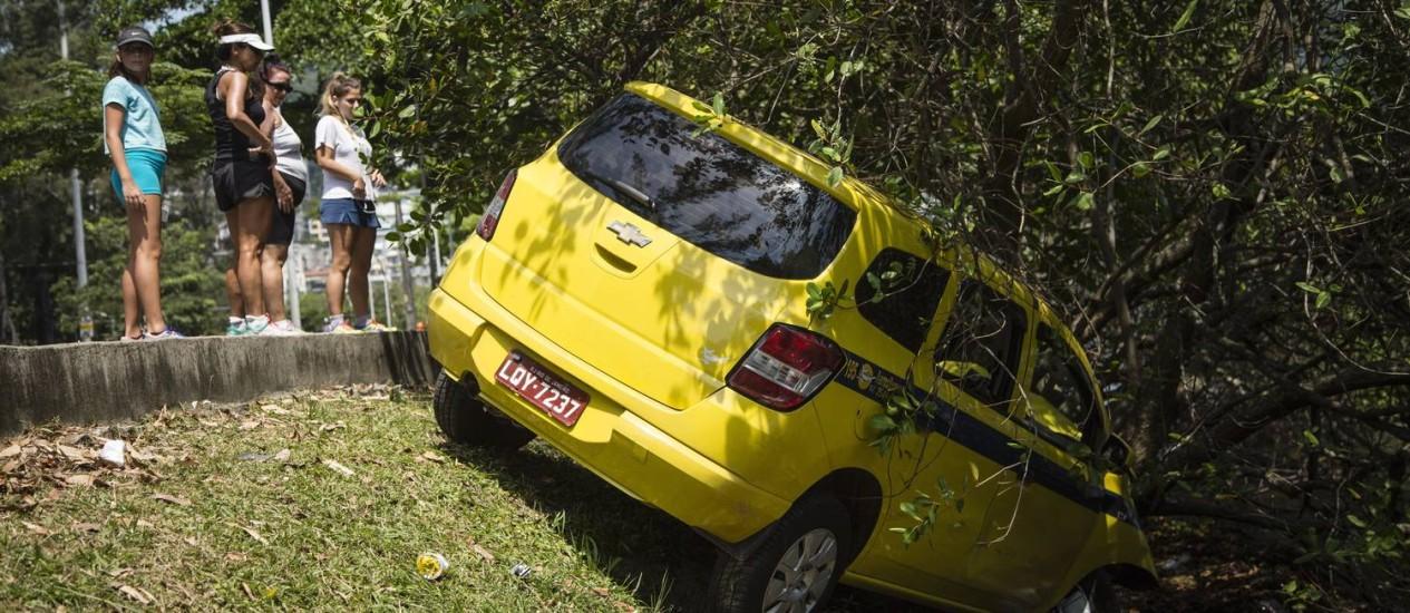 Taxi cai dentro da Lagoa Rodrigo de Freitas. Avenida Borges de Medeiros Foto: Fernando Lemos / Agência O Globo