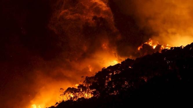 Labaredas atingiram alturas impressionantes Foto: KEITH PAKENHAM/AAP / REUTERS