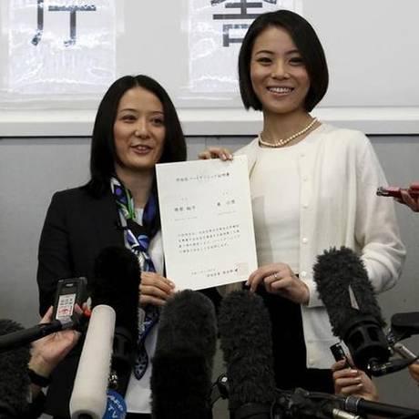 Em Shibuya, Hiroko Masuhara e Koyuki Higashi foram o primeiro casal a ter aprovado o reconhecimento a sua união Foto: Yuya Shino / Reuters