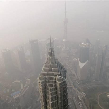 O smog, a névoa poluente, cobriu toda a cidade e de Shangai esta sexta-feira e obstruiu a visão até mesmo dos arranha-céus, entre os mais altos do mundo Foto: Ali Song/Reuters
