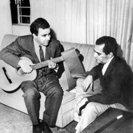 João Gilberto toca violão ao lado de Denis Brean, respectivamente intérprete e autor da canção 'Bahia com H', em foto rara incluída no livro Foto: Divulgação
