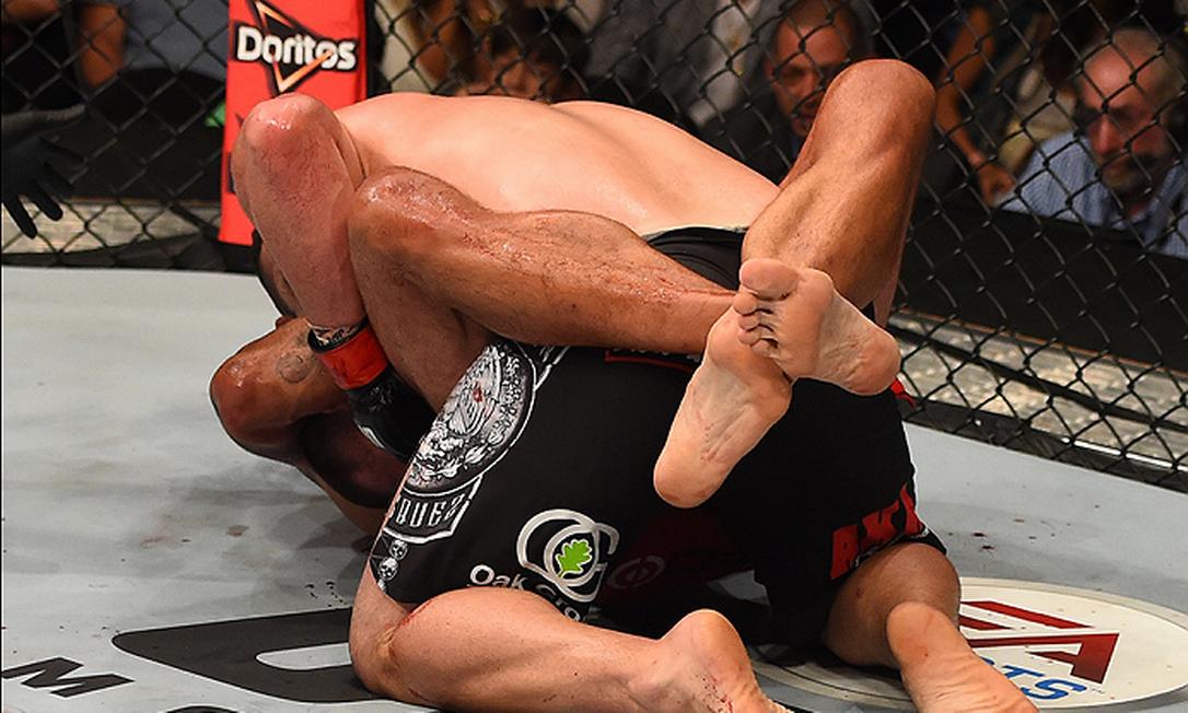 Com uma guilhotina, o brasileiro Fabrício Werdum finalizou o favorito Cain Velasquez e conquistou o cinturão dos pesados Divulgação - UFC