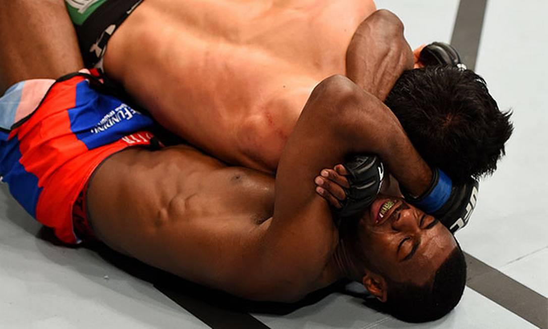 Com um triângulo de mão, Aljamain Sterling venceu a luta contra o japonês Takeya Mizugaki, em Nova Jersey, em abril, pelo peso-galo Josh Hedges/Zuffa LLC / Zuffa LLC via Getty Images