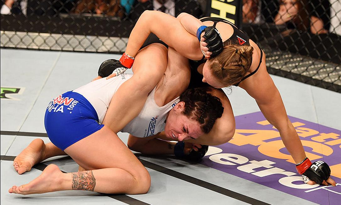 Em uma das defesas de cinturão mais rápidas da história, Ronda Rousey venceu Cat Zingano com uma chave de braço, em apenas 14 segundos Divulgação - UFC