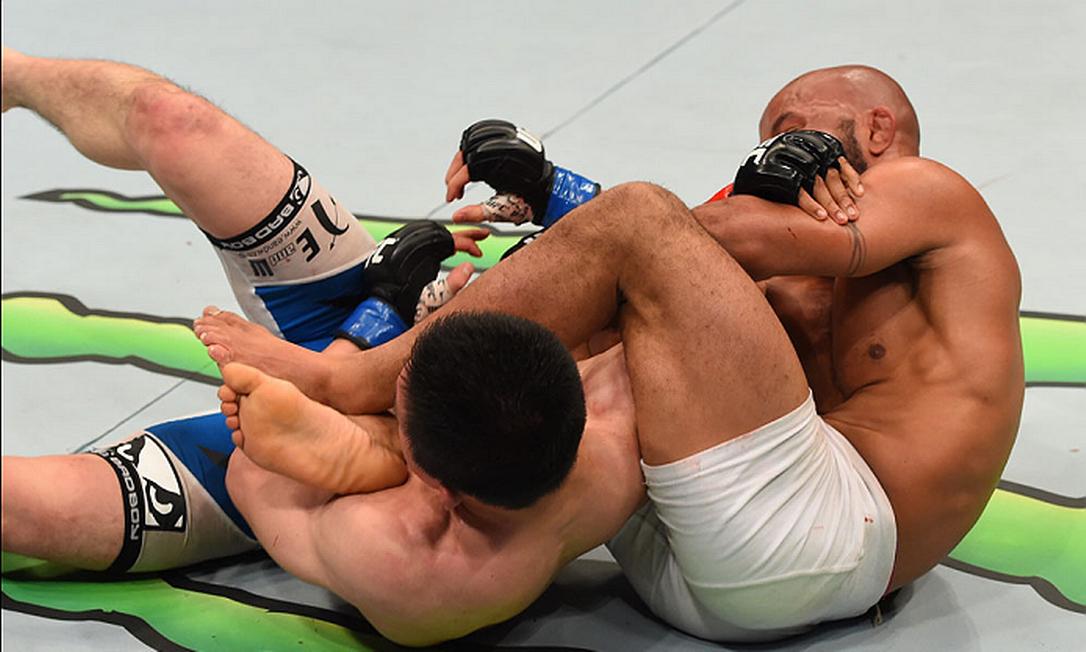 Como se escapa de uma chave de braço perfeita? O japonês Kyoji Horiguchi não sabe a resposta e por isso perdeu para o campeão Demetrious Johnson, do peso-mosca Divulgação - UFC