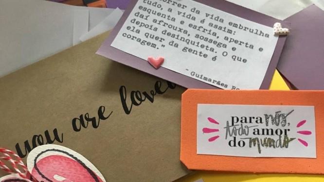 Love it Forward: a jornalista Carolina Arêas junto com um grupo de amigos e voluntários manda cartas para quem precisa de apoio Foto: Divulgação