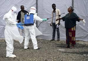 Médicos examinam possíveis portadores do vírus ebola em um centro de saúde na Libéria: ainda que tenham se curado, pacientes podem ter complicações Foto: PASCAL GUYOT / PASCAL GUYOT/AFP