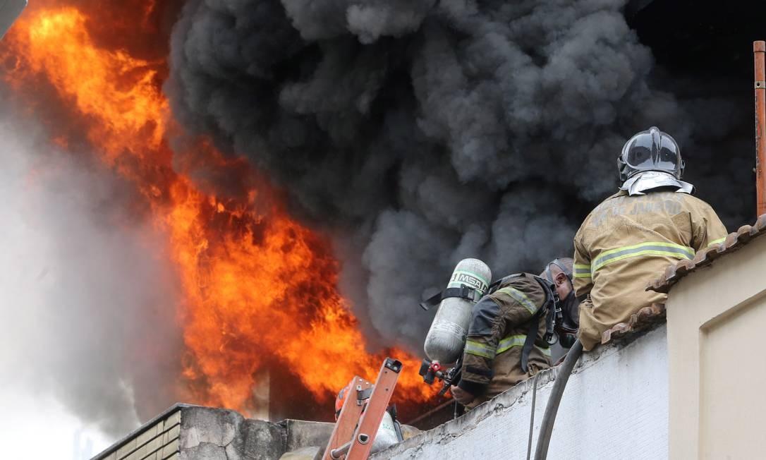cec643f43 Uma loja de calçados pegou fogo, na manhã desta terça-feira, na Rua