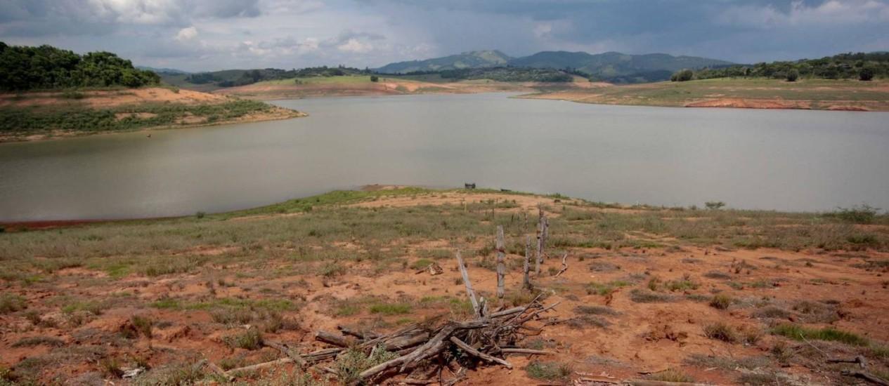 Situação lastimável em Jaguari-Jacarei, parte do Sistema Cantareira que abastece a cidade de São Paulo: Sabesp afirma que o estado enfrenta a pior seca dos últimos 83 anos Foto: Pedro Kirilos/27-10-2015