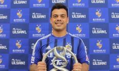Bernardo com a camisa do seu novo clube, o Ulsan Foto: Divulgação