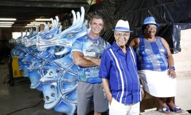 Paulo Barros, Monarco e Tia Surica, no barracão da Portela, na Cidade do Samba Foto: Fabio Rossi / Agência O Globo