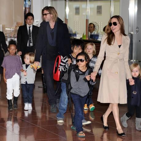 Brad Pitt, Angelina Jolie e sua trupe: Maddox Chivan, Pax Thien, Zahara Marley, Shiloh Nouvel e os gêmeos Knox Leon e Vivienne Marcheline em foto de arquivo Foto: TORU YAMANAKA / AFP