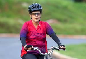A presidente Dilma Rousseff durante passeio de bicicleta nos arredores do Palácio da Alvorada Foto: Ailton de Freitas / Agência O Globo