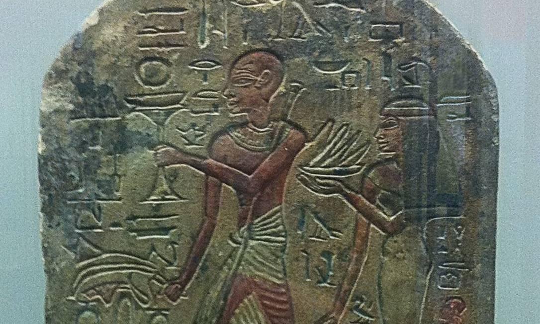 Lápide de cerca de 1400 aC mostra o pé murcho e flexionado para baixo por causa da poliomielite. Este artefato é considerado por muitos como a primeira documentação de uma doença humana causada por agente infeccioso Foto: Reprodução