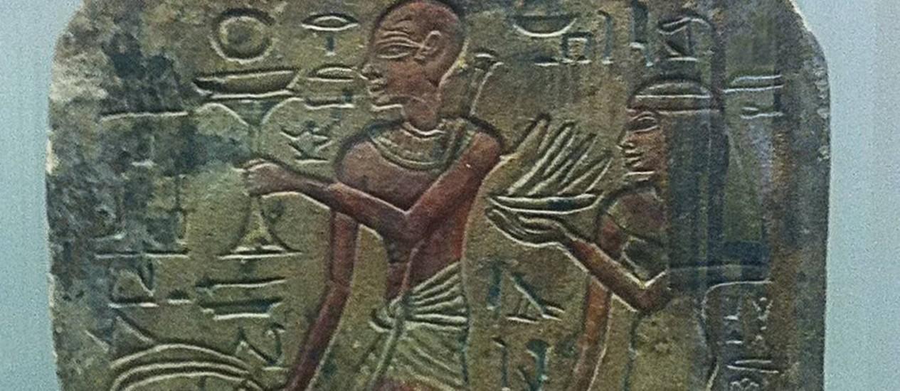 Lápide de cerca de 1400 aC mostra o pé murcho e flexionado para baixo por causa da poliomielite. Este artefato é considerado por muitos como a primeira documentação de uma doença humana causada por agente infeccioso Foto: Knowlson et al (2015) / Reprodução