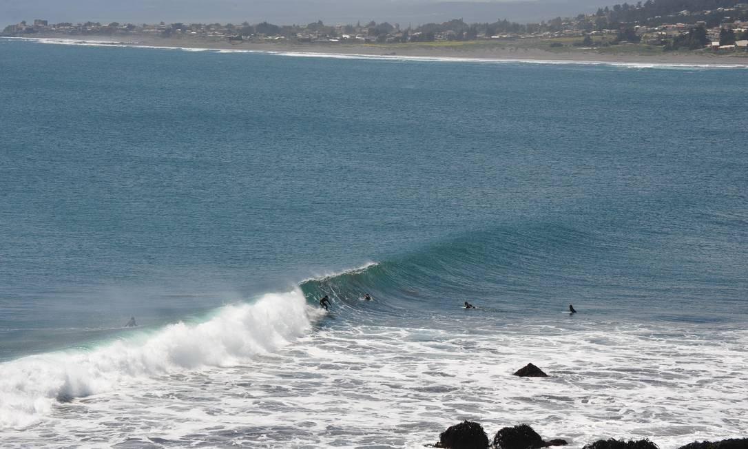 Surfistas nas ondas geladas e poderosas de Punta de Lobos Foto: Jaime Bórquez / Divulgação