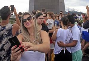 Pose. O Cristo lotado: festival de celulares nas mãos Foto: Luiz Ackermann / Agência O Globo