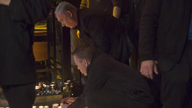 Homenagem. Ao chegar ao bar atacado, o primeiro-ministro israelense, Benjamin Netanyahu acendeu uma vela em memória aos mortos Foto: POOL / REUTERS