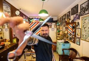 """Com estilo. Roberto Realli , dono da barbearia Barber Shop Realli em São Paulo: """"Estou sempre me atualizando para oferecer os cortes que estão mais na moda"""