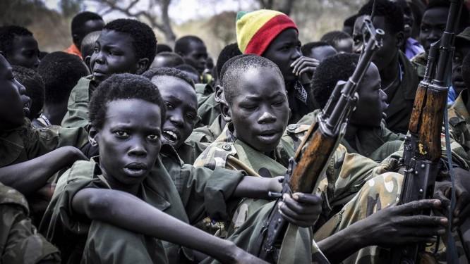 Desmobilização: adolescentes com seus rifles durante cerimônia de desarmamento em Pibor, no Sudão do Sul Foto: SAMIR BOL / SAMIR BOL/Anadolu Agency