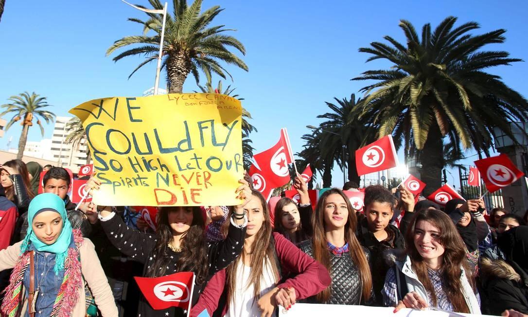 Estudantes fazem manifestação em memória a 12 guardas presidenciais mortos em ataque no mês passado: movimentos cidadãos surgiram e ganharam força Foto: Zoubeir Souissi/REUTERS