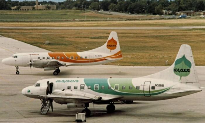 Aviões na pista do Aeroporto Internacional de Stapleton, em Denver Foto: Creative Commons