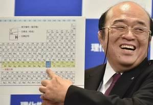 O cientista Kosuke Morita aponta o elemento 113 na tabela, descoberto por japoneses Foto: Kasuhiro Nogi/France Presse