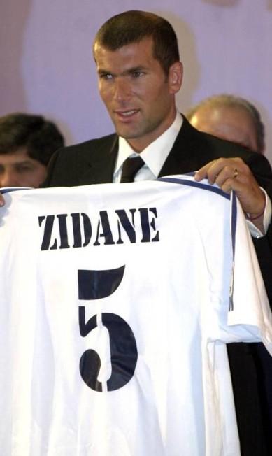 Como jogador, Zidane vestiu pela primeira vez a camisa do Real no dia 9 de junho de 20001, quando foi apresentado MARC ALEX / AFP